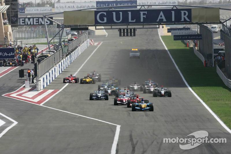 Inicio: Fernando Alonso lidera a Michael Schumacher