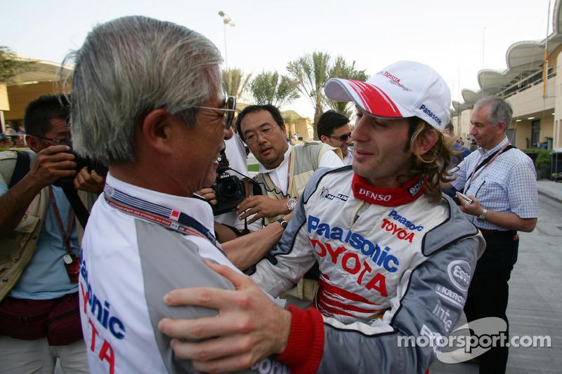 Jarno Trulli celebra con el Dr Akihiko Saito