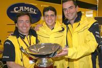 Vencedor Alex Barros celebra com o dono de sua equipe Sito Pons