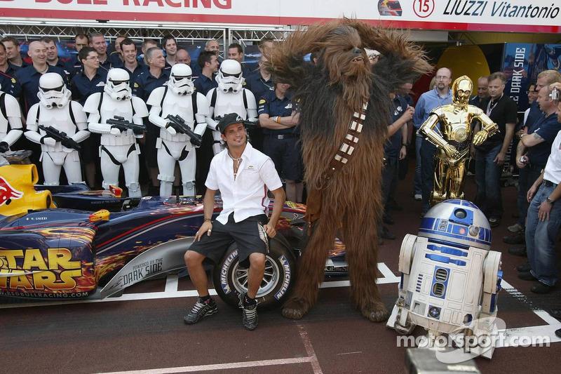 Vitantonio Liuzzi com personagens de Star Wars