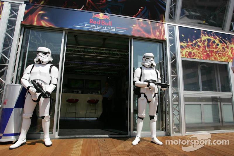 Stormtroopers en la estación de energia de Red Bull Racing