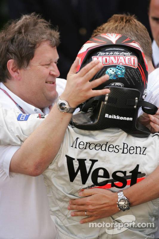 Ganador de la carrera Kimi Raikkonen celebra con Norbert Haug