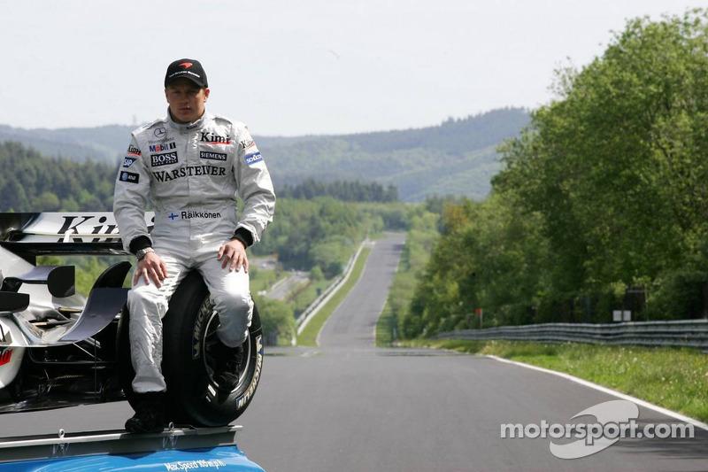 Mercedes-Fotoshooting an der Nordschleife: Kimi Räikkönen mit einem historischen Mercedes-Transporter