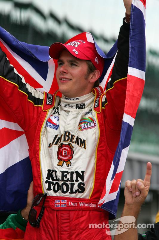Le vainqueur Dan Wheldon fête sa victoire