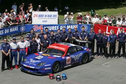 #61 Cirtek Motorsport Ferrari 550 Maranello: Nikolaj Fomenko, Alexei Vasiliev, Christophe Bouchut and team members