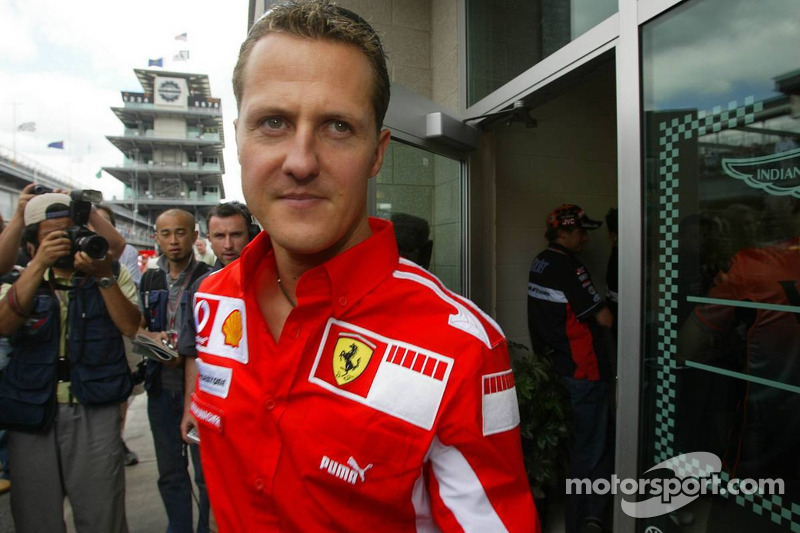 Michael Schumacher sale de la reunión de Michelin