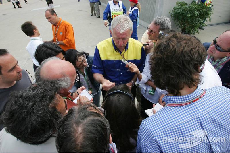Nick Shorrock de Michelin, habla con los medios de comunicación