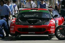 #52 BMS Scuderia Italia Ferrari 550 Maranello: Michele Bartyan, Matteo Malucelli, Toni Seiler in the pit early in the race