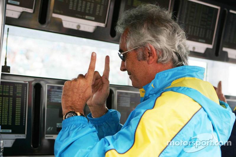 Flavio Briatore celebra con Fernando Alonso su pole position