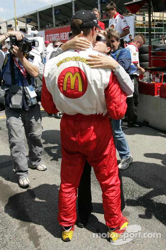 Le poleman Sébastien Bourdais fête sa pole avec sa petite amie