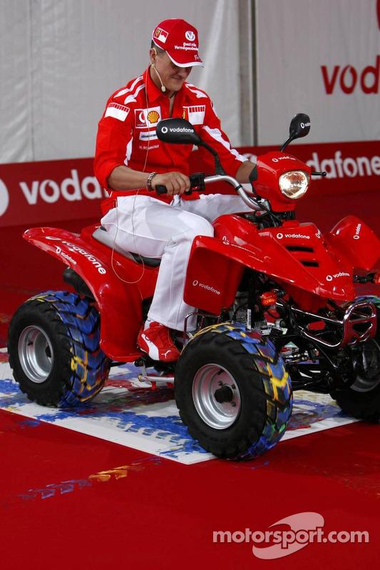 Evento de Vodafone en Hockenheim Talhaus: Michael Schumacher pinta una cuatrimoto