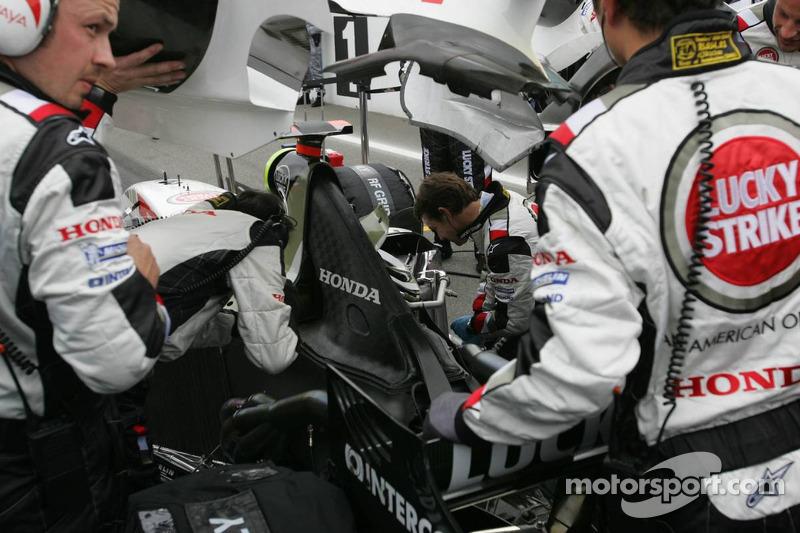BAR-Honda miembros del equipo en el trabajo