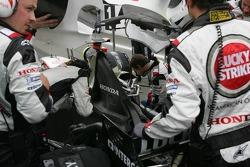 Les mécaniciens de BAR-Honda au travail