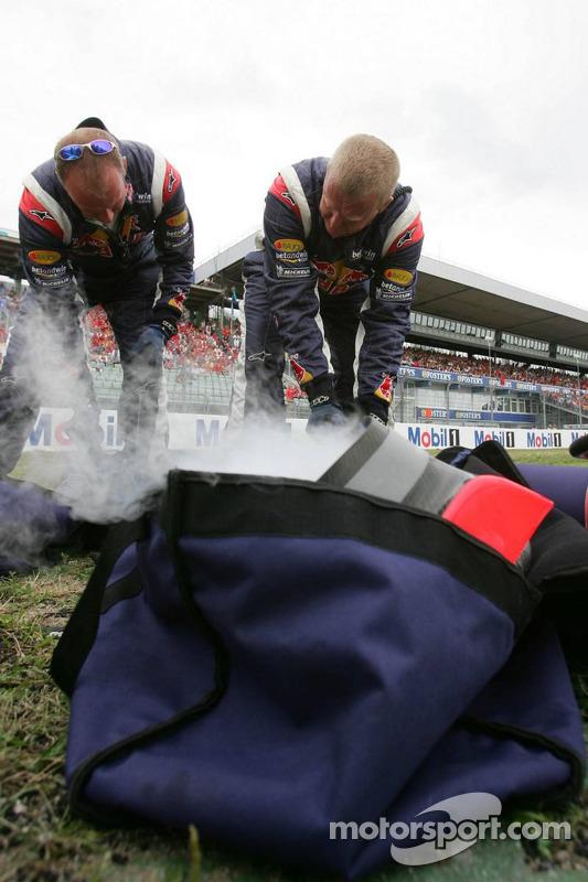 Miembro del equipo Red Bull Racing prepara hielo seco