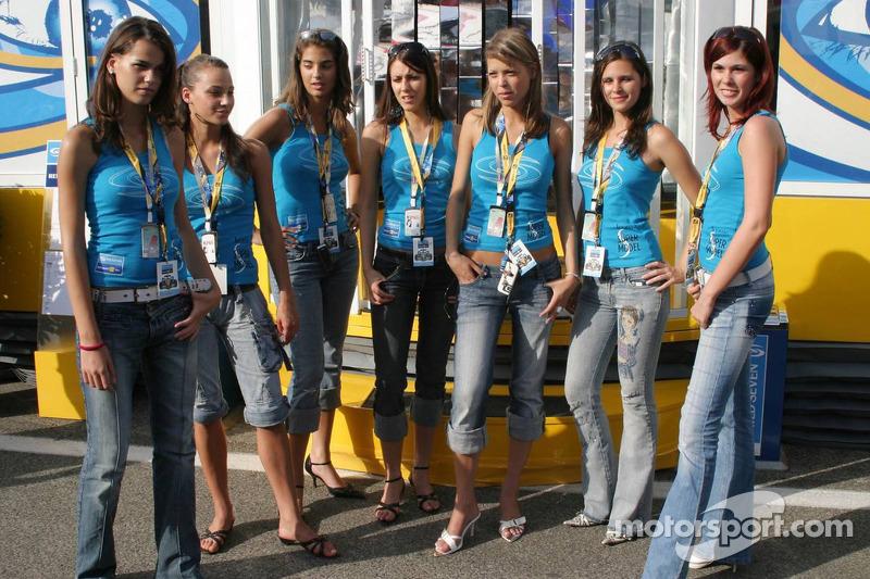 Chicas de Renault en la nueva zona de hospitality de Renault F1