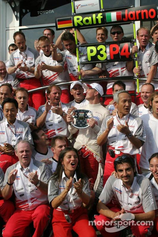 Ralf Schumacher y Jarno Trulli celebran con su equipo