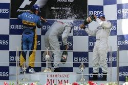 Podium : champagne pour Kimi Raikkonen, Fernando Alonso et Juan Pablo Montoya