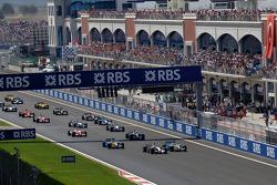 Start: Giancarlo Fisichella passes Kimi Raikkonen for the lead