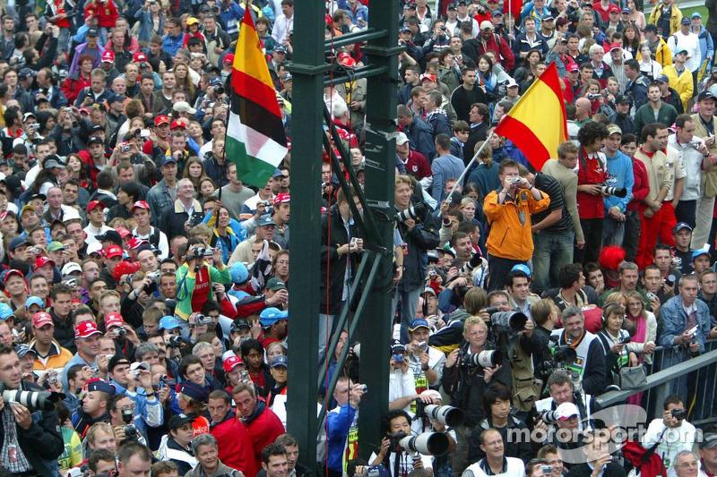 Los aficionados esperan para la ceremonia de podio
