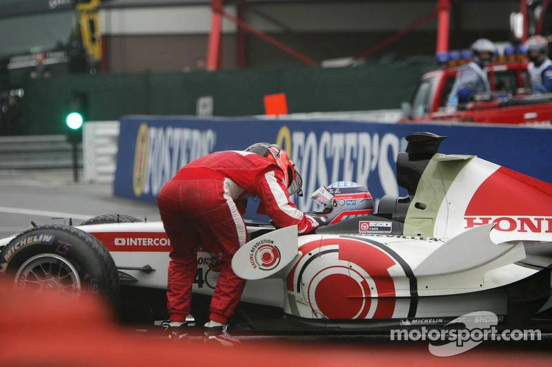 Michael Schumacher tiene una charla con Takuma Sato