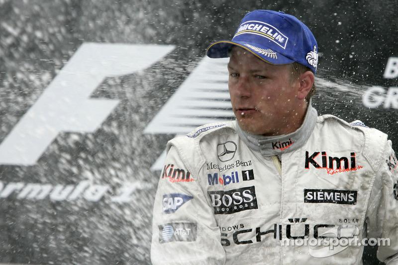 Podio: champagne para Kimi Raikkonen ganador de la carrera
