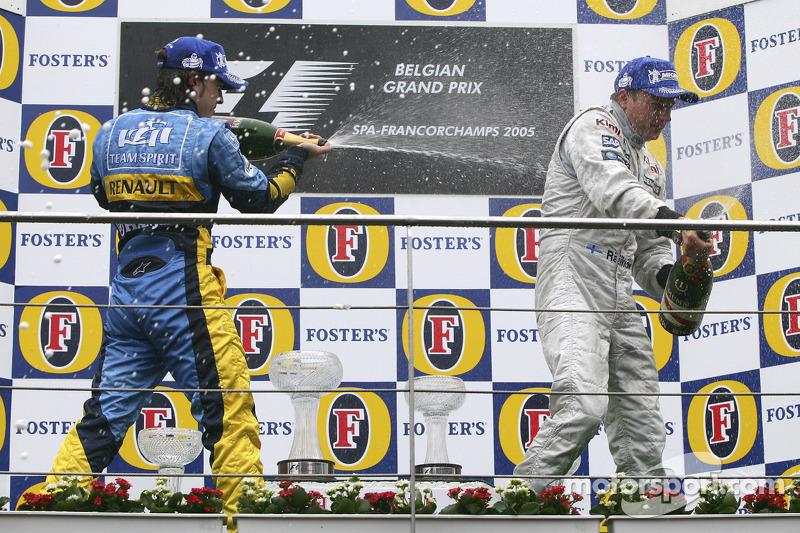 Podio: champagne para Fernando Alonso segundo lugar y Kimi Raikkonen ganador de la carrera