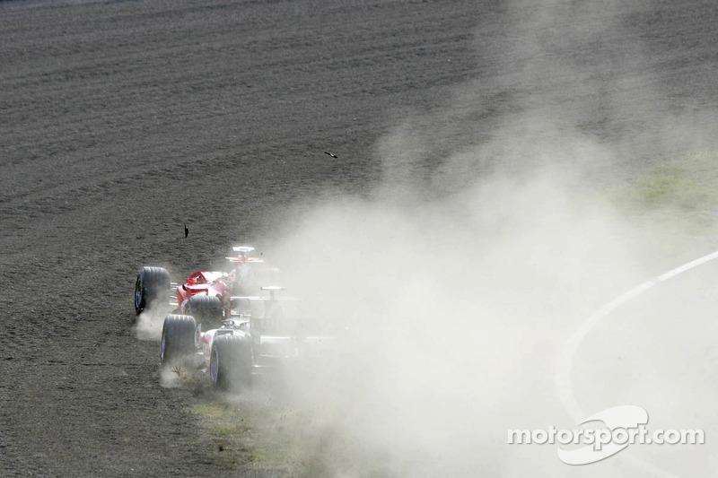 Inicio: Rubens Barrichello y Takuma Sato en la grava