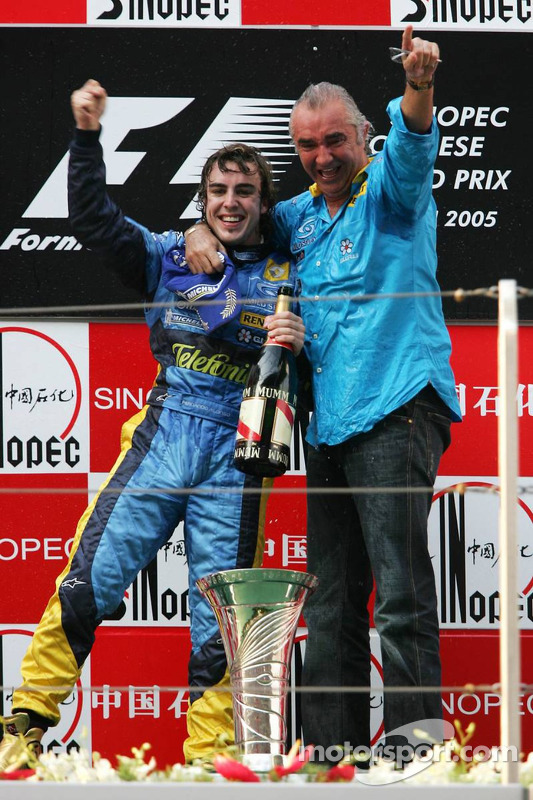 Ganador de la carrera Fernando Alonso celebra con Flavio Briatore
