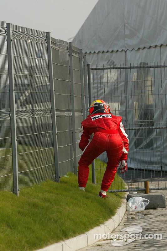 Michael Schumacher fuera de la carrera después de su vuelta