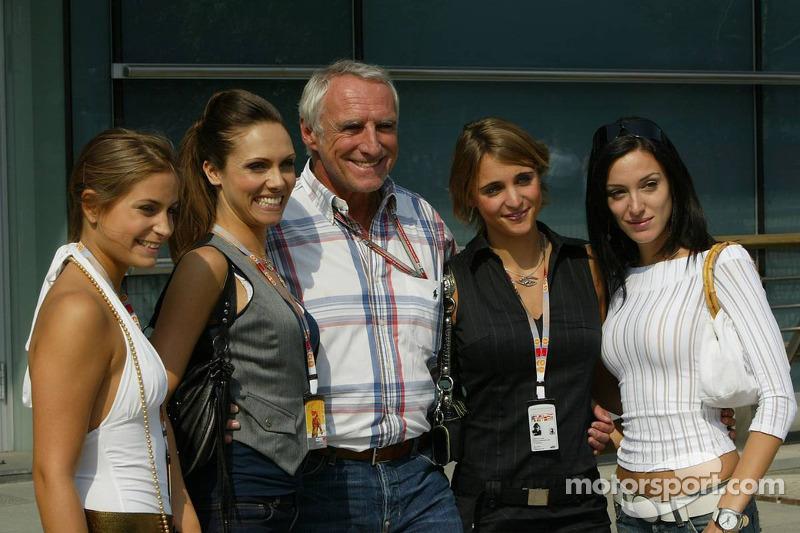 Dueño de Red Bull, Dietrich Mateschitz con encantadora compañía