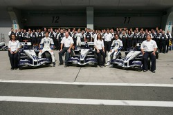 Sesión de fotos de Williams-BMW: Mark Webber y Antonio Pizzonia posan con los miembros del equipo Wi