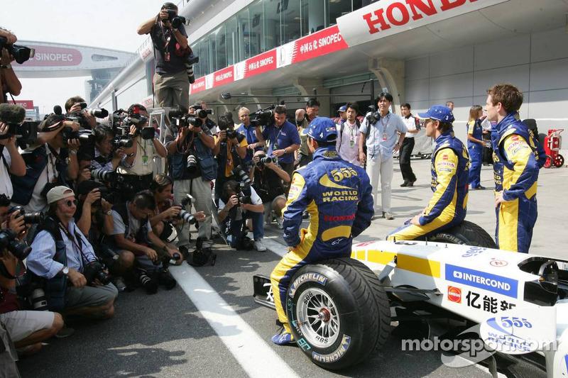 BAR-Honda photoshoot: Jenson Button, Takuma Sato and Anthony Davidson pose with BAR-Honda team members
