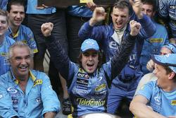 Flavio Briatore and Fernando Alonso celebrate with Renault F1 team members