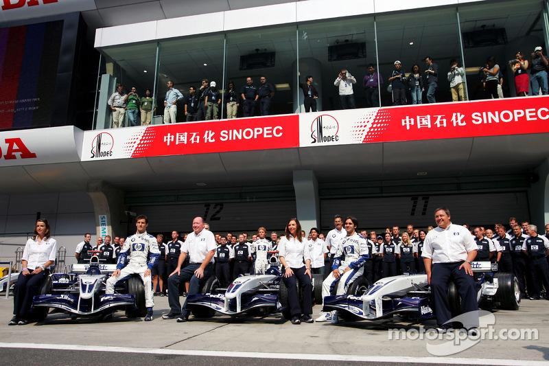 Sesión de fotos de Williams-BMW: Mark Webber, Antonio Pizzonia y Nico Rosberg posan con los miembros del equipo Williams