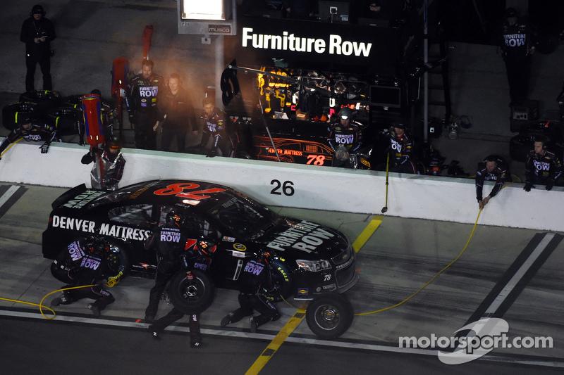 Martin Truex jr., Furniture Row Racing, Chevrolet, in Führung