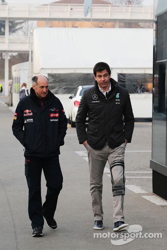 (E para D): Franz Tost, Diretor da Scuderia Toro Rosso com Toto Wolff, Acionista e Diretor Executivo