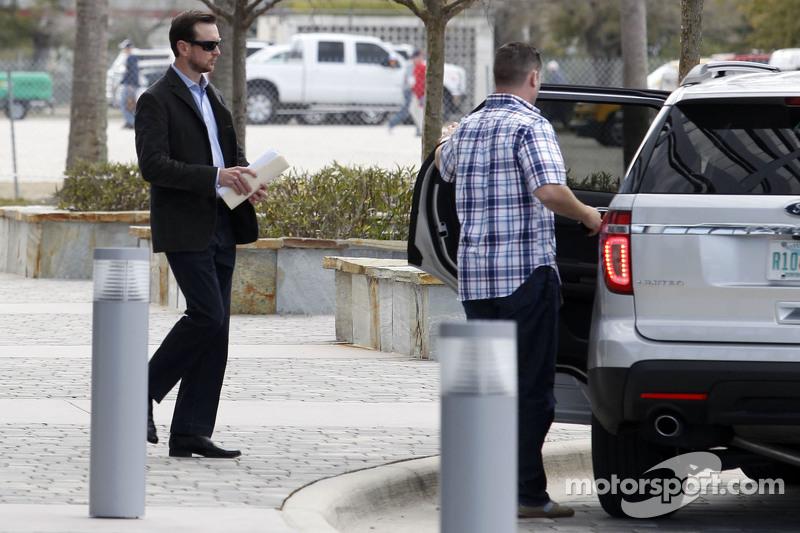 كورت بوش يخرج من مقر المركز الدولي لرياضة السيارات لناسكار بعد ان خسر الدعوى القضائية
