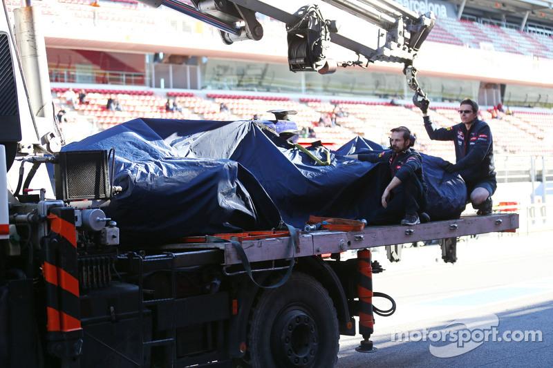 Der Scuderia Toro Rosso STR10 von Carlos Sainz jr., Scuderia Toro Rosso, wird per Lastwagen in die Box zurückgebracht