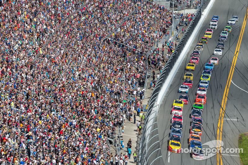 Restart: Jeff Gordon, Hendrick Motorsports Chevrolet leads