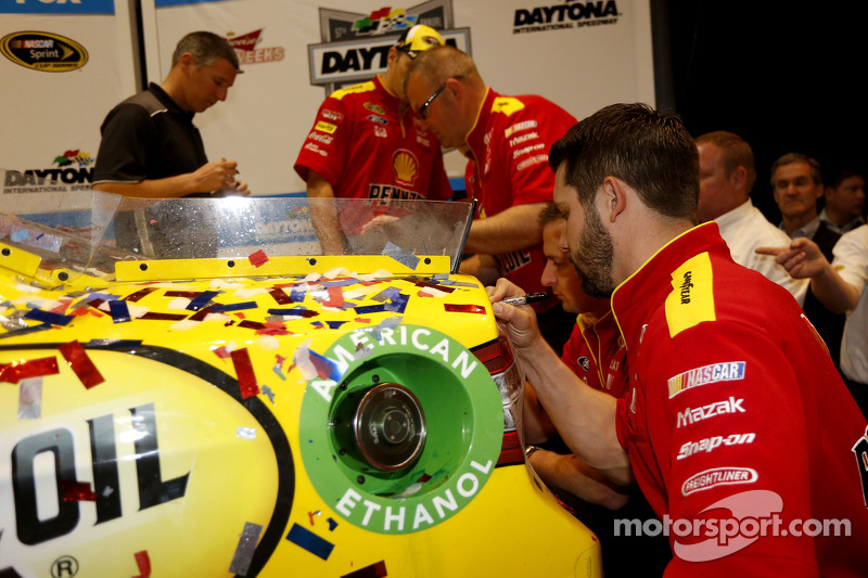 Die Mannschaft signiert das Siegerauto