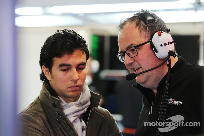 (da sinistra a destra): Sergio Perez con Tom McCullough Capo ingegneri Sahara Force India F1 Team