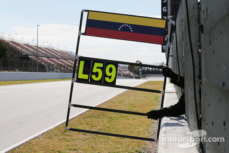 Pit board for Pastor Maldonado, Lotus F1 Team