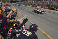 Jamie Whincup, Red Bull Holden se lleva la victoria