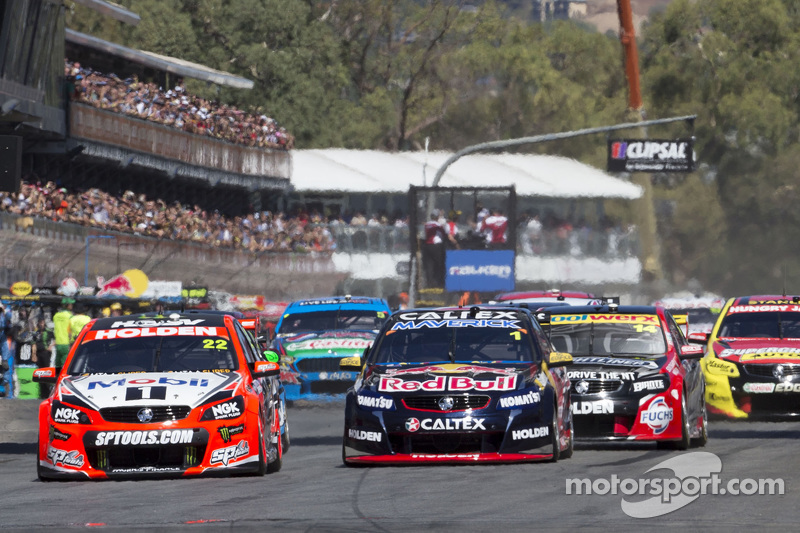 Start: James Courtney, Holden Racing Team, in Führung