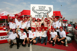 Daniel Sordo and Marc Marti celebrate 2005 JWRC title with Citroën Sport team members