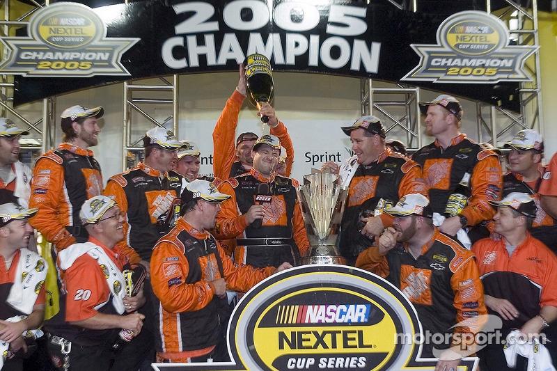 Champagne für 2005 NASCAR Champion Tony Stewart