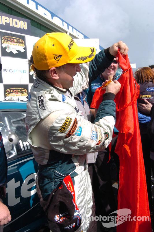 Le champion 2005 de V8 Supercar, Russell Ingall, célèbre son titre en déchirant la robe de la demoiselle d'honneur