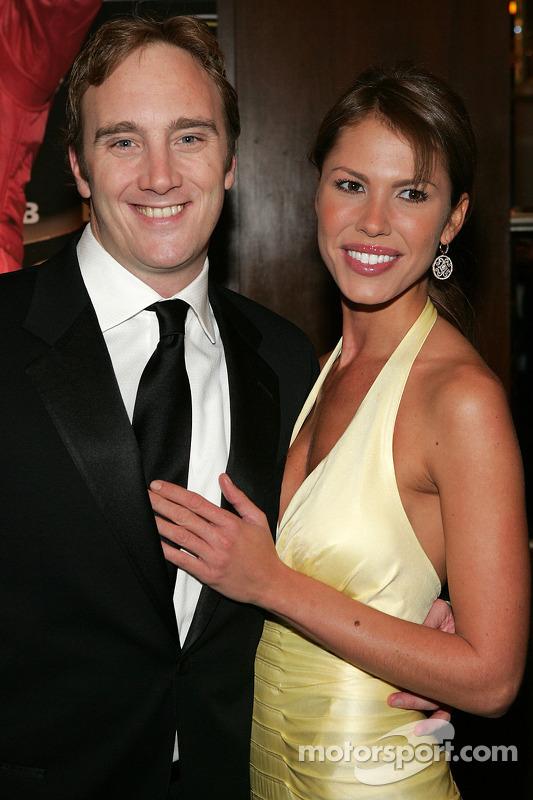 Le banquet du NASCAR à l'hôtel Waldorf Astoria : Jay Mohr avec Nikki Cox sur le tapis jaune à l'entrée