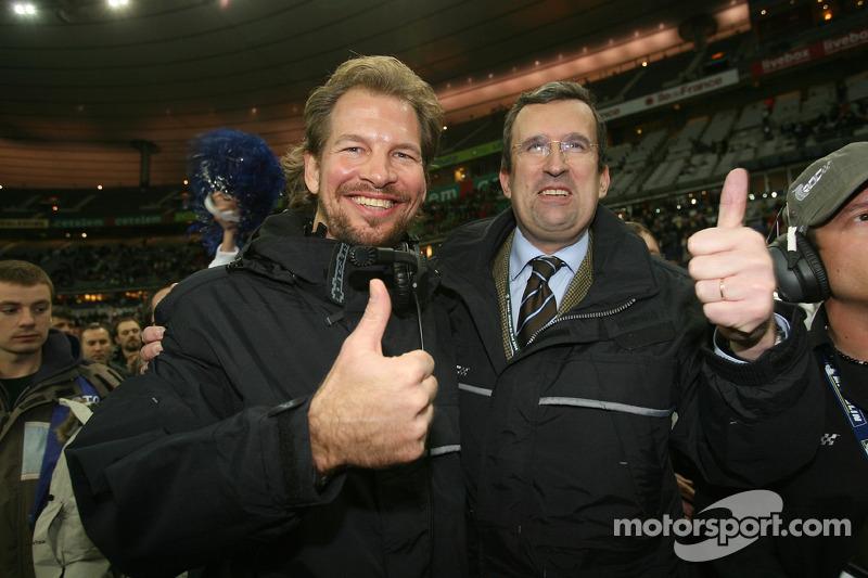 Organizador de la Carrera de Campeones Fredrik Johnsson con el director del Stade de France Pascal Simonin