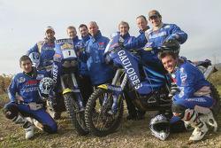 Team Gauloises KTM : Cyril Despres, Isidre Esteve Pujol, David Casteu et Michel Gau pose avec les membres de l'équipe Gauloises KTM